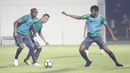 Zulfiandi dan Victor Igbonefo mengamankan bola dari rebutan Beto Goncalves. - INDOSPORT