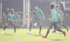 Indosport - Beto Goncalves (tengah) mencoba melewati hadangan Victor Igbonefo (kiri).
