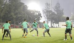 Indosport - Para pemain Timnas U-23 melakukan sesi 'kucing-kucingan'.