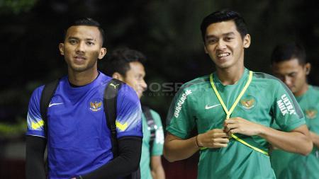 Kiper Teja Paku Alam (kiri) dan Septian David Maulana saat tiba di Lapangan B Senayan. - INDOSPORT