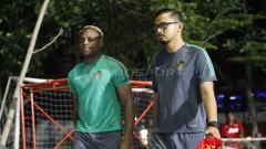 Indosport - Victor Igbonevo (kiri) merupakan salah satu dari empat pemain senior yang dipanggil.