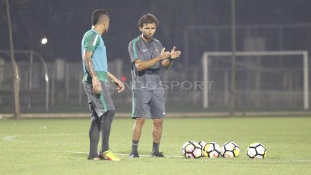 Pelatih Luis Milla berdiskusi dengan Beto Goncalves di sela-sela latihan. - INDOSPORT