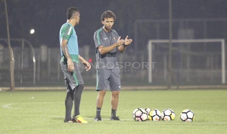 Pelatih Luis Milla berdiskusi dengan Beto Goncalves di sela-sela latihan. Copyright: INDOSPORT/Herry Ibrahim