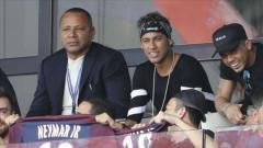 Indosport - Neymar dan Ayahnya menonton laga PSG di tribun