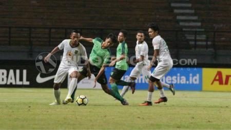 Adam Maulana berhasil melewati beberapa pemain Persebaya U-19. - INDOSPORT