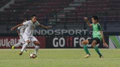 Indosport - Misbakus Solikin berusaha melewati pemain Persebaya U-19