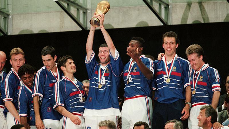 Zinedine Zidane saat bersama Timnas Prancis di tahun 1998. Copyright: Getty Images