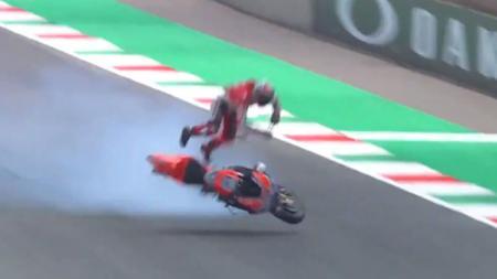 Pembalap Ducati, Michele Pirro saat terjatuh dalam sesi latihan bebas kedua. - INDOSPORT
