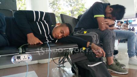Pemain Sepakbola PSMS Medan lebih memilih tidur di Bandara karena lelah. - INDOSPORT