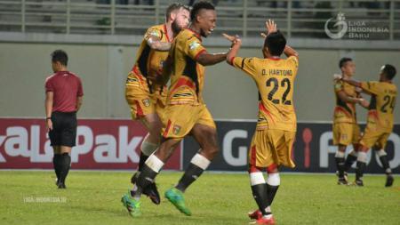 Bek Mitra Kukar Mauricio Aparecido Leal merayakan gol. - INDOSPORT