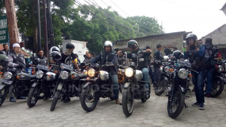 Kegiatan sosial komunitas motor Kawasaki Retro Riders W175 Jakarta di Masjid Jami Al Hikmah, Jagakarsa, Jakarta Selatan. - INDOSPORT