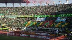 Indosport - Ribuan Bonek mendukung Persebaya saat pertandingan melawan Arema FC (06/05/18).