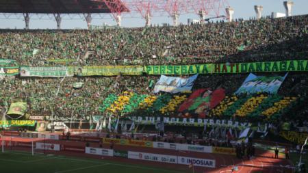Ribuan Bonek mendukung Persebaya saat pertandingan melawan Arema FC (06/05/18). - INDOSPORT