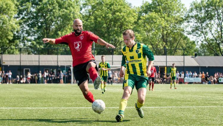 Striker VV Pelikaan S Sergio van Dijk berduel dengan pemain Groen Geel. Copyright: dekrantnieuws.nl