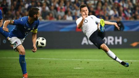 Florian Thauvin berusaha melakukan tendangan voli saat membela Prancis kontra Italia. - INDOSPORT