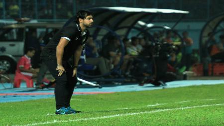 Pelatih PSIS, Vincenzo Alberto Annese, memberikan instruksi dari pinggir lapangan ketika timnya, PSIS, menghadapi Arema FC. - INDOSPORT
