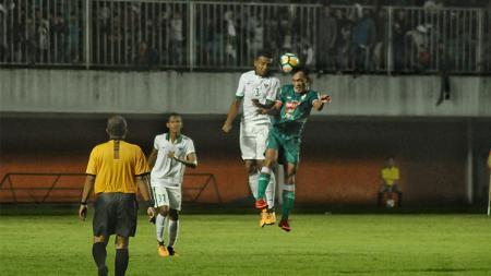 Bek Timnas U-19, Julyano Pratama Nono (kiri), berduel udara dengan pemain PSS Sleman. - INDOSPORT