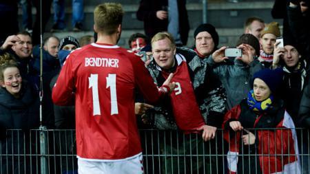 Nicklas Bendtner saat menjumpai para penggemarnya. - INDOSPORT