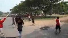 Indosport - Oknum suporter bentrok jelang laga Persija vs Persebaya.