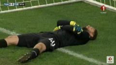 Indosport - Kiper Timnas Tunisia, Mouez Hassen tertangkap k   amera berpura-pura cedera demi berbuka puasa di laga uji coba melawan Turki, Sabtu (02/06/18).