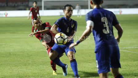 Perebutan bola antara Riko Simanjuntak dengan pemain Thailand.