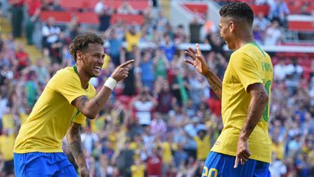 Neymar (kiri), Firminho (kanan) saat melakukan selebrasi usai mencetak gol dalam laga Timnas Brasil jelang Piala Dunia 2018. - INDOSPORT