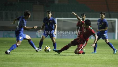 Hanif Sjabandi saat memotong bola pemain Thailand.