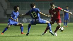 Indosport - Rezaldi Hehanusa saat menggiring bola
