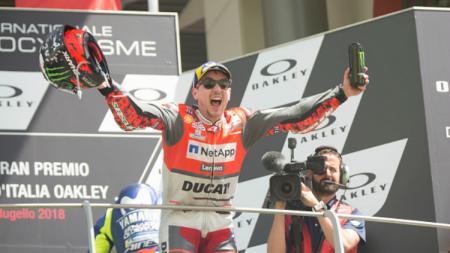 Pembalap Ducati, Jorge Lorenzo, selebrasi usai memenangi MotoGP Italia 2018. - INDOSPORT