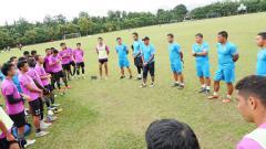 Indosport - Rahmad Darmawan saat memimpin briefing bersama para pemain Sriwijaya FC.