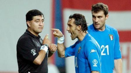 Sosok Byron Moreno (kiri) sempat menyita perhatian saat dirinya terpilih menjadi wasit dalam laga Piala Dunia 2002 yang mempertemukan Italia dan Korea Selatan. - INDOSPORT