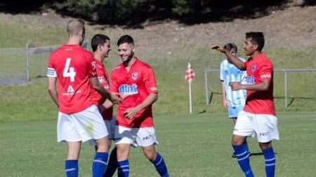 Yulius Mauloko (kanan), pemain sepak bola asal Indonesia yang memperkuat klub Australia. - INDOSPORT