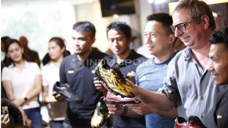 Bayu Gatra memegang sepatu terbaru di acara Specs Illuzion & 9SS 'Super' Simic launch.