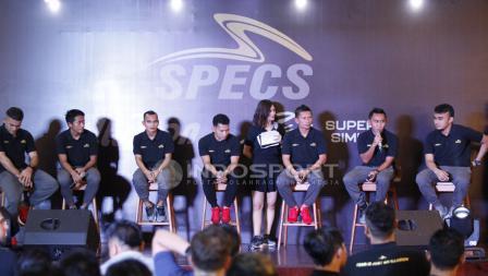 Para pesepakbola yang ditujuk menjadi brand ambassador menjawab pertanyaan di acara Specs Illuzion & 9SS 'Super' Simic launch.
