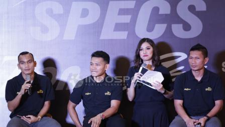 Riko Simanjuntak (paling kiri) menjawab pertanyaan wartawan.