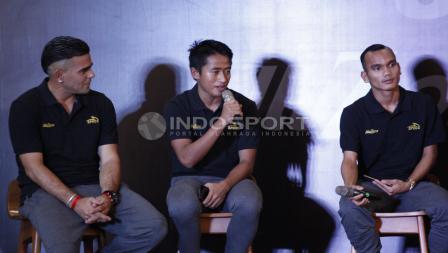 Bayu Gatra menjawab pertanyaan didampingi Riko Simanjuntak (kanan) dan Cristian Gonzales (kiri).