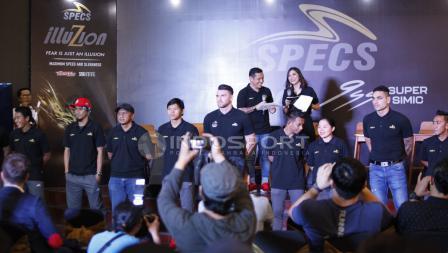 Sejumlah awak media berupaya mengabadikan para pesepakbola terbaik di Liga Indonesia dalam acara Specs Illuzion & 9SS 'Super' Simic launch.