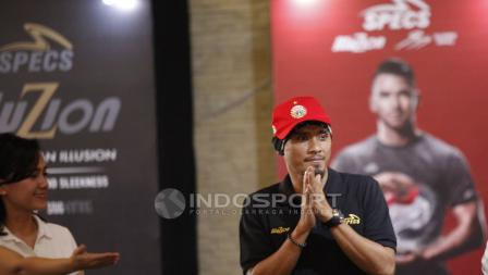 Maman Abdurrahman tampil menggunakan topi berlogo Persija Jakarta di acara Specs Illuzion & 9SS 'Super' Simic launch.