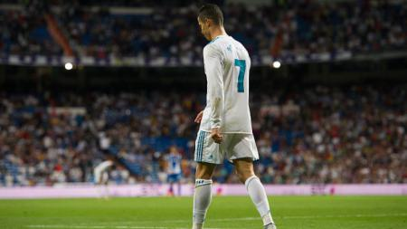 Cristiano Ronaldo pergi meninggalkan lapangan. - INDOSPORT