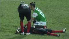 Indosport - Hilton Moreira mengalami insiden mengerikan di laga Persipura vs PSM Makassar.