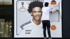 Indosport - Foto Raksasa Leroy Sane di depan Museum Sepakbola Jerman saat dicopot usai pencoretan.
