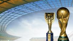 Indosport - Trophy Jules Rimet dan FIFA World Cup.