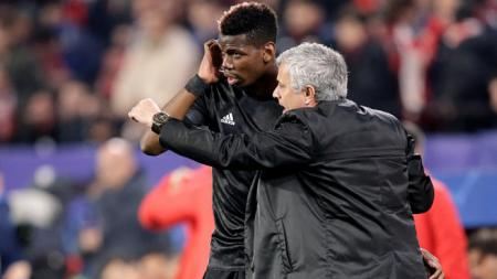 Jose Mourinho memberikan instruksi kepada Paul Pogba. - INDOSPORT