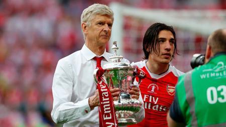 Arsene Wenger saat memberikan trofi Piala FA untuk Arsenal di tahun 2017 lalu. - INDOSPORT