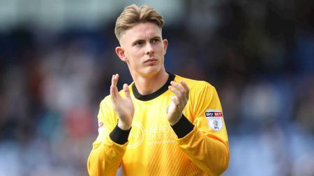 Dean Henderson dikabarkan menginginkan kenaikan gaji menjadi 1,8 miliar rupiah demi bertahan di klub Liga Inggris, Manchester United. - INDOSPORT