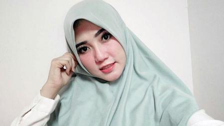 Penyanyi dangdut, Via Vallen tengah menggunakan hijab - INDOSPORT