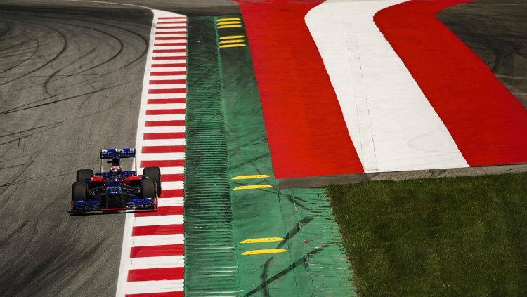 Pembalap Marc Marquez menjajal Formula 1 dengan mengendarai mobil milik Toro Rosso. Copyright: INDOSPORT.com