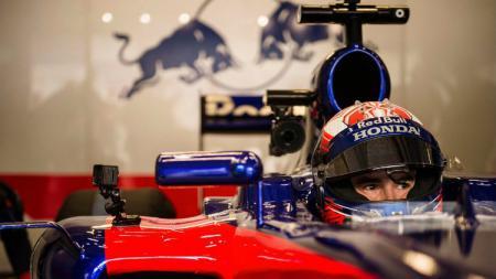 Pembalap Marc Marquez menjajal Formula 1 dengan mengendarai mobil milik Toro Rosso. - INDOSPORT