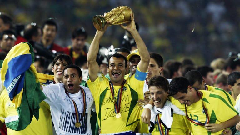 Cafu mengangkat trofi Piala Dunia 2002. Copyright: fifa.com