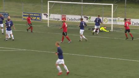 Striker VV Pelikaan S Sergio van Dijk kemelut di depan gawang. - INDOSPORT